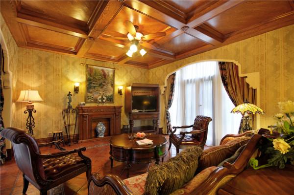 壁炉造型在很多的欧式和美式中都是一种常用的手法。旁边的电视柜处理,既满足了主任看电视的需求,也满足国外对于起居室和客厅区分的设计理念