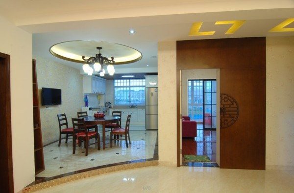 主卧入口处,原木色双开门与乳白色原墙完美融为一体,圆形雕花饰纹随门的开合变化出了生活趣味。
