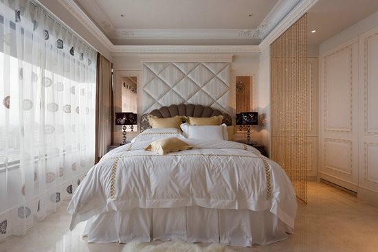 女主人喜爱的牡丹花图腾以雷射切割喷黑漆的方式,饰于床头两侧的琥珀镜墙上, 用珠帘做为空间隔断,形成若隐若现的睡眠空间。