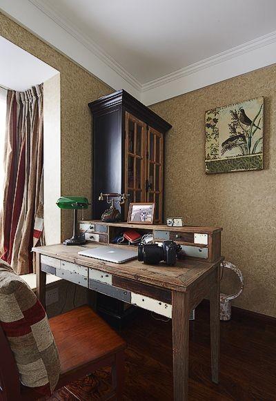 书桌同样的是采用的是做旧的处理,看起来很是普通的,但是在书房的吊顶设计和墙面的壁纸搭配也看上去很是上档次,挂画的选择也是书房的点睛一笔,致使整个书房感觉就是旧而不乱的感觉,很宁静。