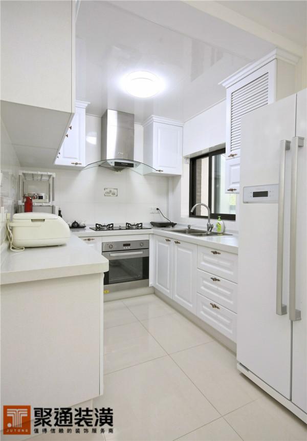现代简约的金属厨电在白色厨柜的衬托下显得更为时尚,解决实际生活使用功能的同时,还起到了点饰空间的作用