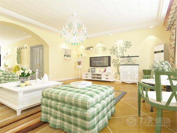 客厅做了简单的石膏板拉缝吊顶,墙面选择了米黄色的乳胶漆客厅的家具以白色和绿色为主,电视放了白色的电视柜边上还犯法了白色的鱼缸墙上还做了架子放一些花花草草,
