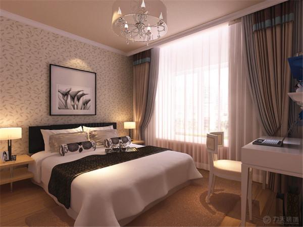 卧室整体温馨舒适,床头背景以照片挂画和壁纸的形式,配以木色的家具加上大窗户充足的采光使床头增加活力。让卧室更加魅力。
