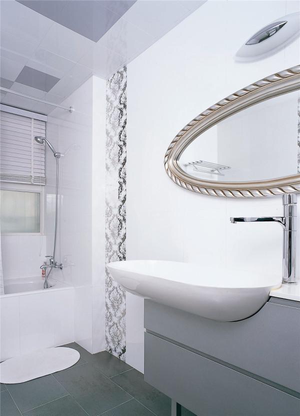 连接主卧的浴室以干净清爽的白色示人,搭配以简欧式的镜子与花纹瓷砖修饰,将浴室打扮得清新雅致。