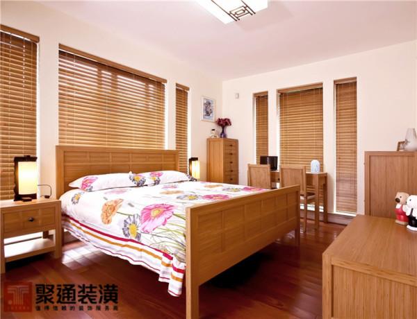 卧室主要以粉色系的墙面为主,其中的家具以及窗帘都是木质的,给人以清爽自然的感受,仿佛透着大自然的香气