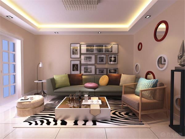 客厅与餐厅是整个在一个空间的格局。通过沙发背景墙等装饰,使整个家庭色调精彩。沙发墙运用挂画和各种装饰的表现形式,更加彰显业主的品味与内涵