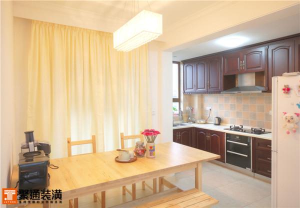 开放的厨房与餐厅设计有西方人居住空间的味道,深色木质厨柜与浅枫木的餐桌椅搭配,颇有乡村度假的感觉。