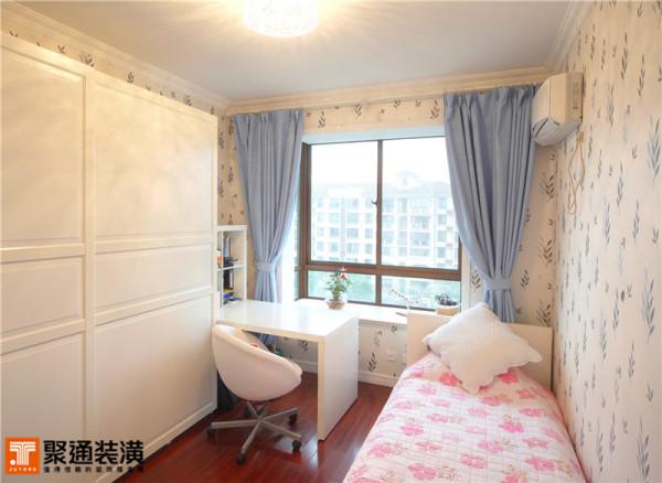 儿童房的设计更是紧凑与巧妙,不仅营造出孩子喜欢的粉色调,更将小书房的功能也运用其中。浅蓝色花纹壁纸与窗帘搭配相呼应,白色的家具让这个不大的空间视觉变宽。