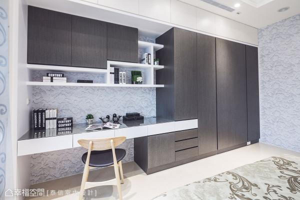 结合衣柜、展示收纳与书桌机能为一体的设计,满足所有使用所需。