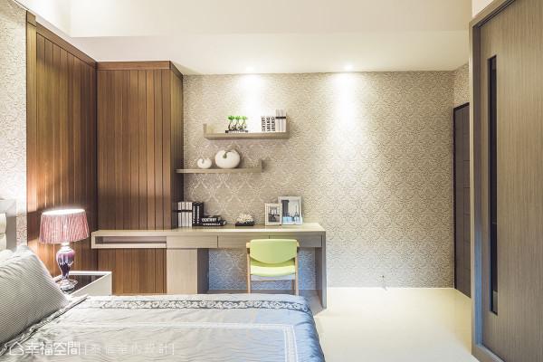 设计师结合木作与壁纸元素,透过色彩、比例打造截然不同的次卧房氛围。