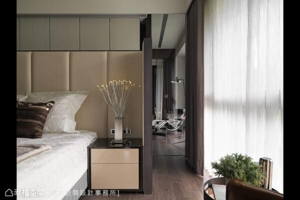 床铺位置巧妙回避于廊道与客厅的穿透视线,于机能格局中创造「视觉景深廊道」。