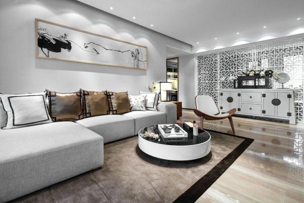 客厅的色调主要是亮色为主,同时在客厅的软装饰上选用的是带有中式古典韵味的沙发,同时在沙发背景墙上也挂上了古典的水墨画,在加上一侧的雕花隔断,整个客厅呈现的感觉就是简单但是很有味道。