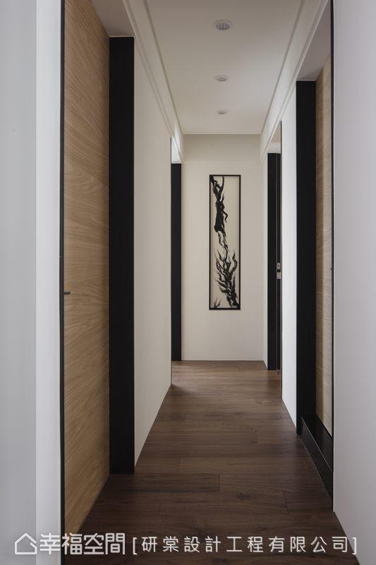 由地面直接衔接至天花的木质门扉,于两侧黑色线条之间,框定出独立而延续的机能序列,拉长视觉屋高尺度,右侧为客浴、主卧,左侧为两间女儿房。