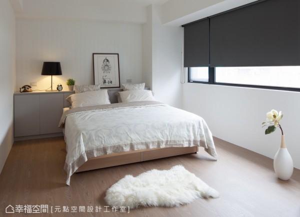 实木壁板刷白处理,没有多余的硬件装饰,呈现更干净简洁的生活风格。