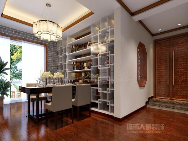 木制地板,古朴的餐桌,配上仿青砖壁纸和铜条顶角线,淳朴中透着现代生活气息;简练、实用的酒柜,落落大方.