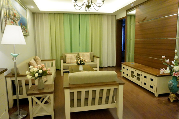客厅整体是由一个3+2+1的沙发、一个茶几、一个角几、一个电视柜组成。窗帘采用绿色拼色。同意了色调,使得整个房间非常统一。