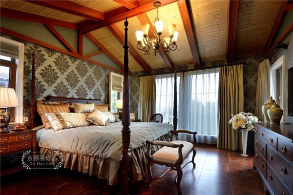 卧室也是360度无死角采光。复古的灯饰,花瓶一直围绕美式的初衷