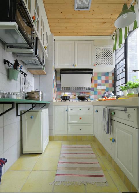 厨房在韩国人眼中一般是开敞的(由于其饮食烹饪习惯),同时需要有一个便餐台在厨房的一隅,还要具备功能强大又简单耐用的厨具设备。
