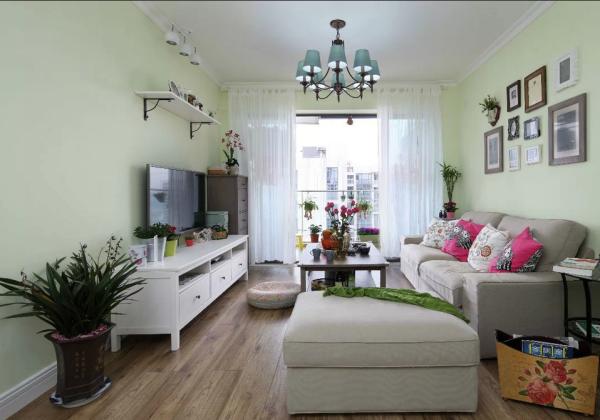 在这一案例中,设计师使用了大量的绿植,同时搭配了花色得当的布艺以及浅色木地板。与此同时,设计师还十分注重软装的运用。于是,这一田园家居不仅亲近自然,还带着少许华丽。