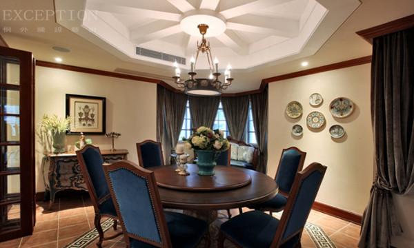 餐厅的气氛上要活泼欢快、明快,色调掌握在餐桌、墙壁两者色调之间,款式上根据窗体大小采用悬挂、对开或单开方式。外帘是窗纱,里帘多用棉制品。