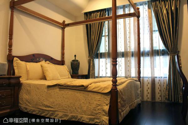 主卧房内以欧式的四柱床组搭配缎面窗廉,让浪漫的空间气氛围绕其中。