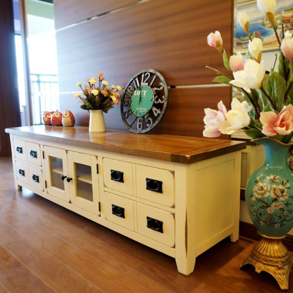 电视柜2.2米,抽屉采用的是卡槽设计,越用越顺。白色和原木色的拼色设计不会显得太过沉闷。四个抽屉一个柜子的设计,在现在没有多少碟子的时候储物是绝对够了的。