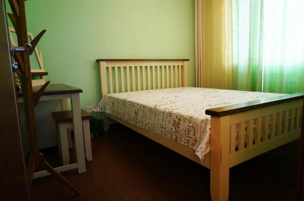 次卧是年轻夫妇住的,所以并没有用床头柜而是放置了一个梳妆台,方便早上起来化妆。