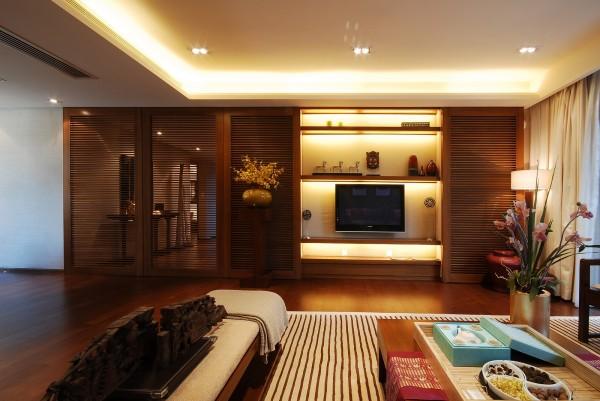 电视背景墙和旁边的过道都是采用定制木门