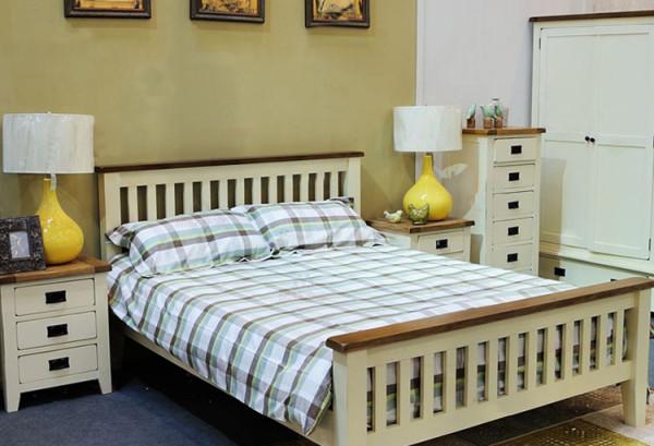 次卧1.5米的白色和原木色拼色床配上三抽的床头柜和五抽的斗柜整个房间除衣柜外的储物空间很足。