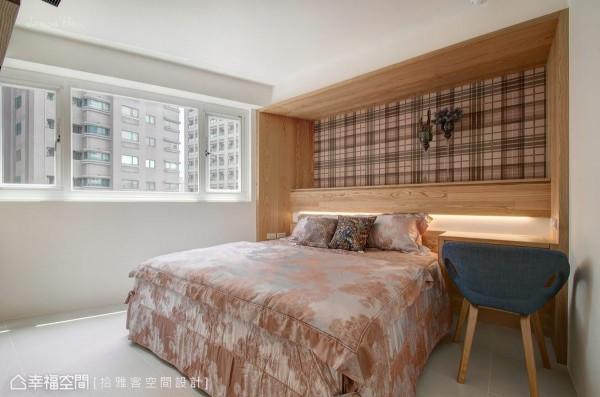 简单施以木作框起卧房主墙,铺以时尚的格纹壁纸,整合床头柜与梳妆机能的木作床头,可展示年轻夫妻的共同回忆,同时巧妙回避梁体的存在。