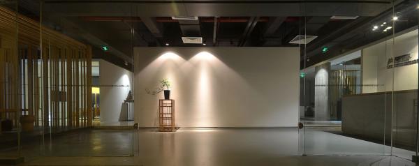 """前台区 正对入门的白墙虽然""""空白"""",实则包容着丰富的效果,但这些都存在于想象之中 与左右两侧的形体在多与少,虚与实之中体现出丰富的视觉效果"""