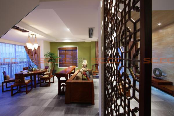 餐厅的空调出风口是很难摆放的,设计师想了最合理的吊顶设计手法,将侧出风口放在靠近客厅的旁边,顶部则采用两个层次的木吊顶来体现中式元素。同时配餐柜的设计风格与厨房的橱柜材质,石材是一致定做的。