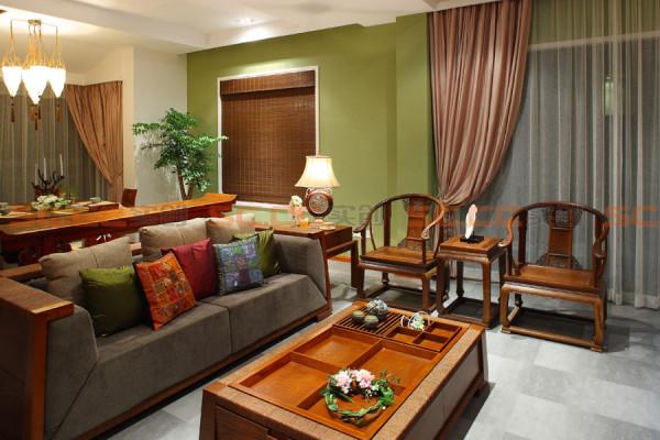 客厅的走廊和沙发背景都是用罗丹的木纹石,600*300规格上墙的,因为家里有小孩子会拿笔胡乱涂抹墙面,考虑到长期居住的整洁美观效果,设计师实用原木视听背景墙与石材的对比,体现新中式的设计造型。