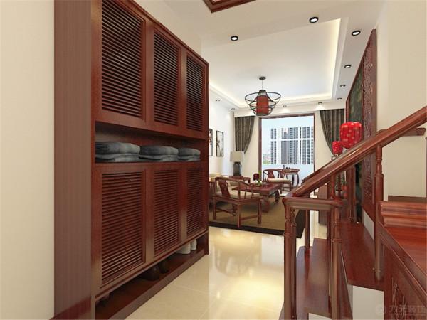 客厅的玄关处有一个比较大的空置空间,外边做成橱衣柜,里面制成储物的一个空间。