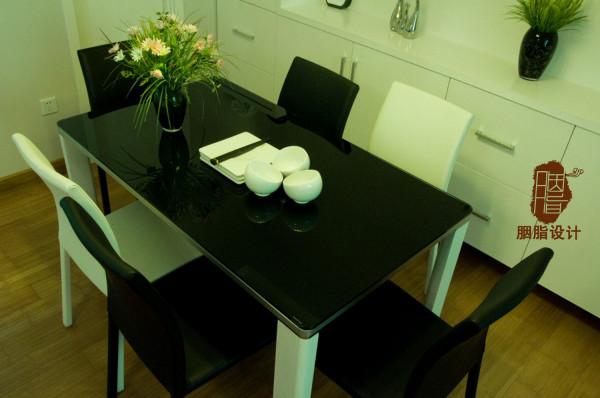 餐椅餐桌采用黑白相配  增加视觉层次