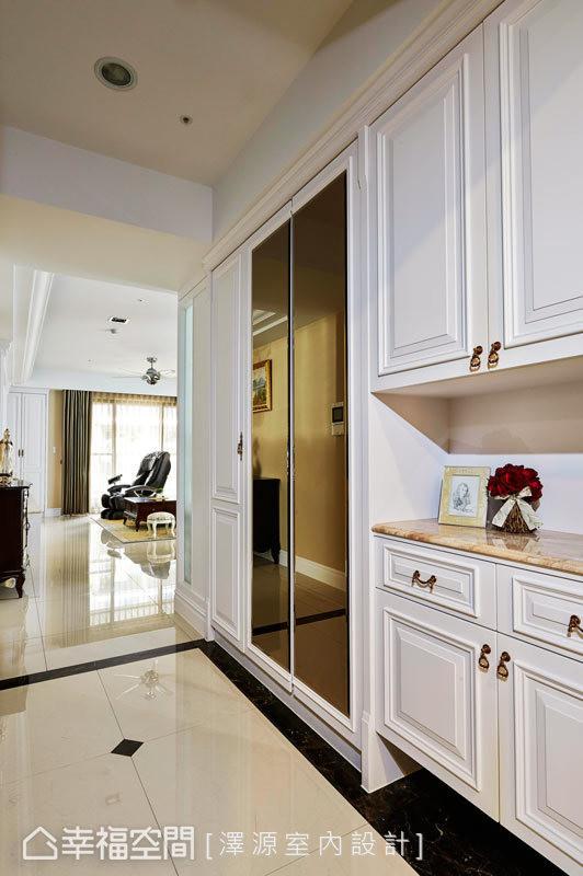 入门后的右侧以美式线板勾勒柜面,并设置茶镜作为穿衣镜使用,兼具功能性也不失典雅。