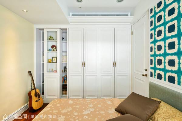 衣柜的线板造型围绕着相同的美式主题,左侧轨道式的设计,则推演完美且机能性的生活态度。