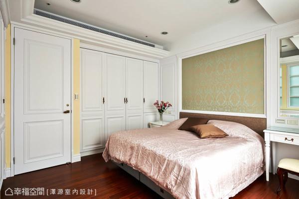 主卧房色调温暖且稳重大方,床头使用图腾壁纸弥漫优雅的气质,并围塑一贯的设计主轴。