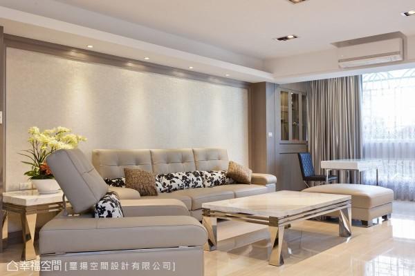 时尚的石材、镜面,奶茶色调的木作与沙发,于手感的壁纸前搭构居家风景。