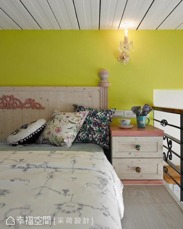 同样选择以柠檬黄跳色,呼应了厅区背墙的彩度延伸。而在床头柜与壁灯的配合之下,营造出更加完整的风格细节。