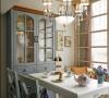 透过乡村风格的餐柜安排,让屋主收藏的精致餐具能够与空间尽情分享。而以复古款式的主灯点缀,注记着餐区场景的风雅格调。