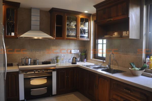 橱柜可以采用实木作为整体的原材料,沿用东南亚风格的特殊设计,自然而不矫揉造作。