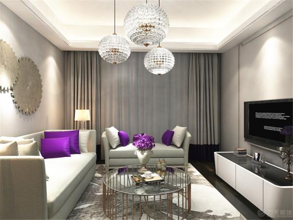客厅用了深色的木地板,墙体选用了浅色的乳胶漆,沙发背景墙只是放了简单的饰品,电视背景墙做了简单的线框