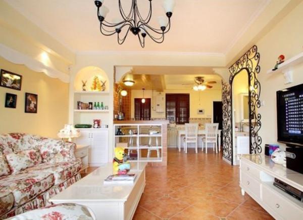 """设计理念:起居室一般较客厅空间低矮平和,选材上也多取舒适、柔性、温馨的材质组合,可以有效地建立起一种温情暖意的家庭氛围,电视等娱乐用品也放在这一空间中,戏的杂音下,这""""三区一体""""的其乐融融。"""