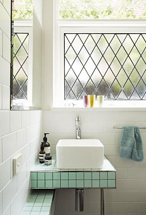 水绿色的瓷砖,纯白色的壁,简洁干净又不失品味。