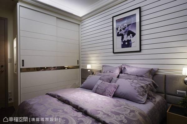 可机动性变化的沟槽板床头,可让学习电影的屋主女儿,拥有一处悬挂剧照的区块。