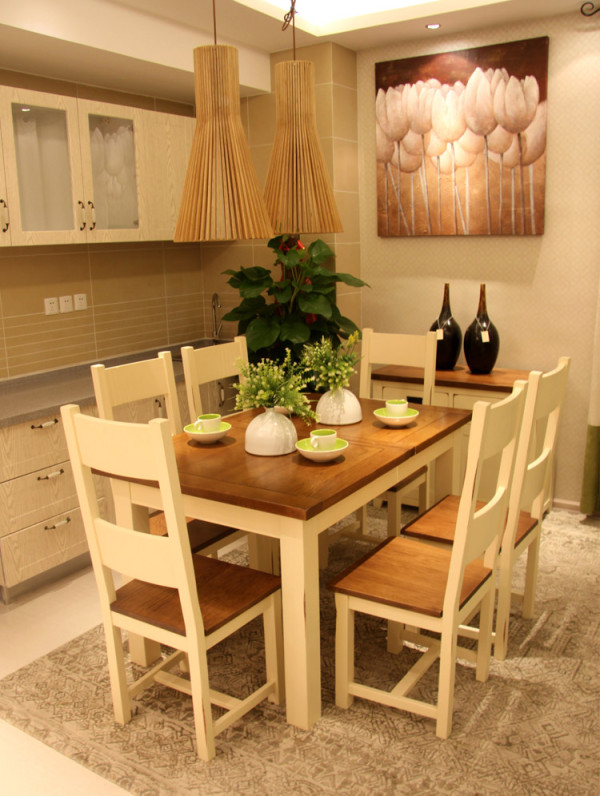 开放式厨房下的餐桌