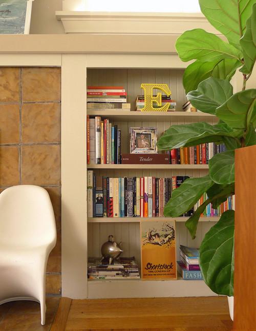 简易的书架也能用书摆出美感,几片绿植把一切装点的生机勃勃。