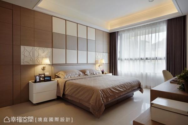 使用皮革增加木纹主墙的变化,并隐藏大量的收纳空间。