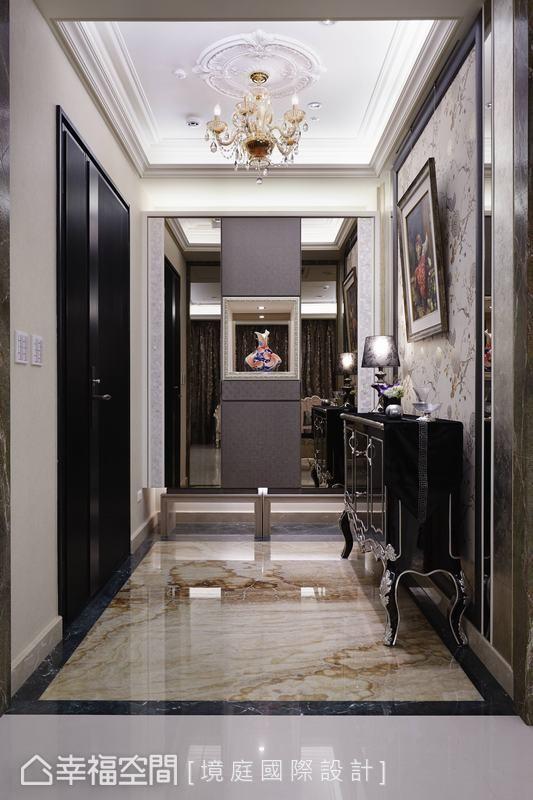 鞋柜量体以皮革与镜面混搭构成,低度反射预告了空间内景,也转换了入室的期待心情。